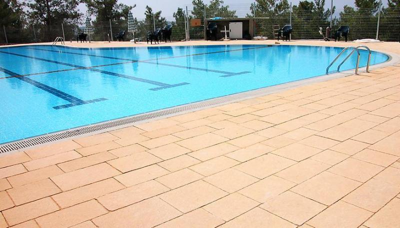 Emek Refaim zwembad: overdekt (Olympische grootte) + Outdoor, op 2 minuten lopen van het appartement