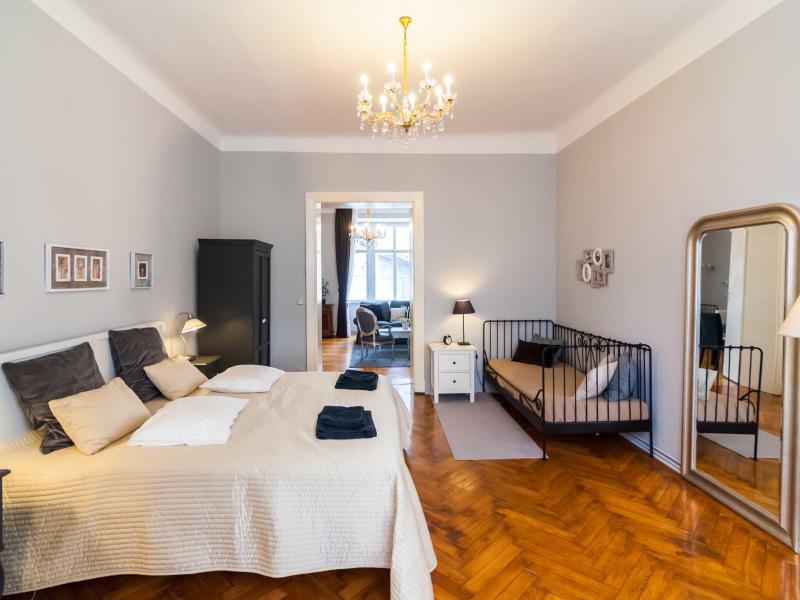 Großes Doppelbett, Einzelbett rechts + XXL-Spiegel