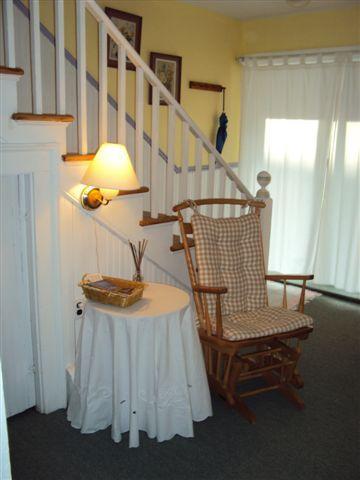 La sala de estar mirando por la puerta principal