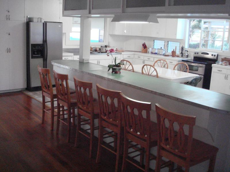 Breakfast bar  and kitchen,with 6 chairs