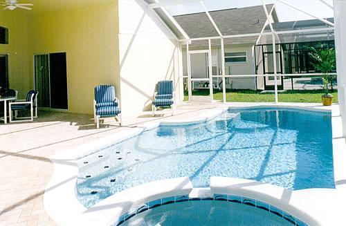 Private screened pool/spa area