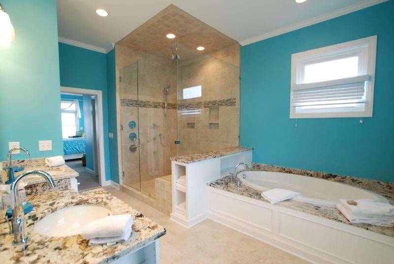 1º piso Master banho w/grande chuveiro walk-in e banheira de hidromassagem