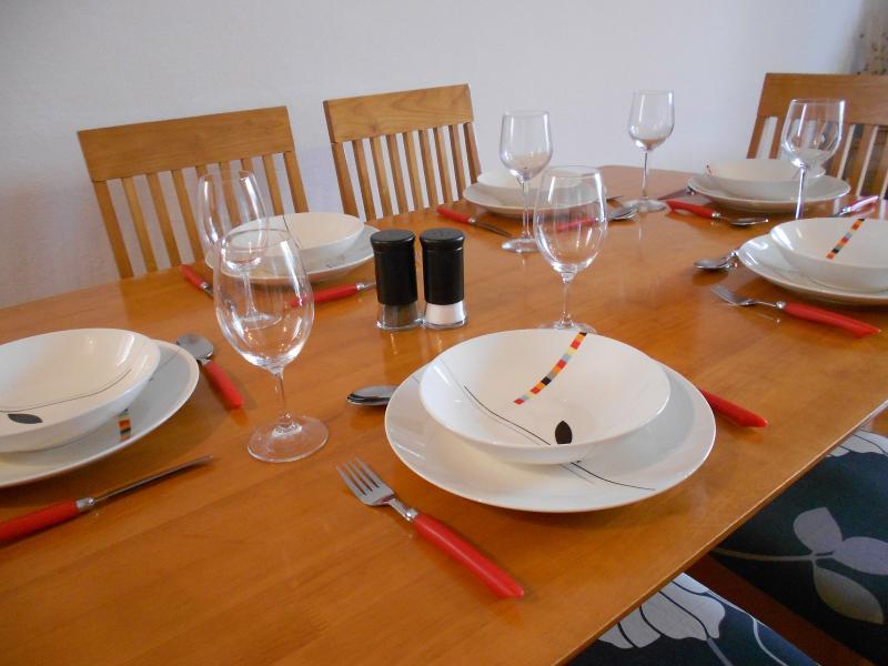 Aire ouverte à manger plan avec des sièges pour 6 personnes.