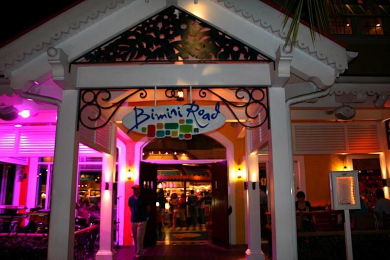 Uno de los muchos restaurantes en Marina Village at Atlantis