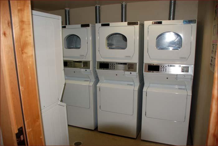 Cuarto de lavado (Al final del pasillo de la unidad). Grandes lavadoras y secadoras. Tienen la espalda temporizadores. Hurra