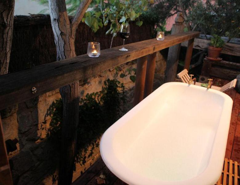 Geniet van de decadentie van een ontspannend bad onder de sterren