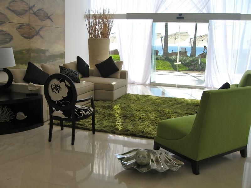 Profitez de la brise de l'océan comme il fouets à travers les portes en verre élégant du Lobby.