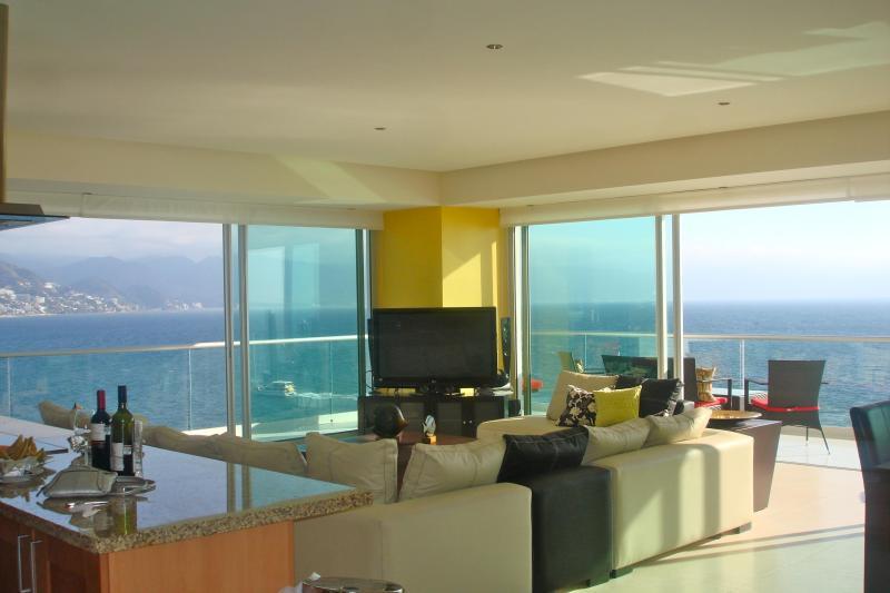Une vue panoramique sur l'océan bleu vous accueille dans votre appartement.