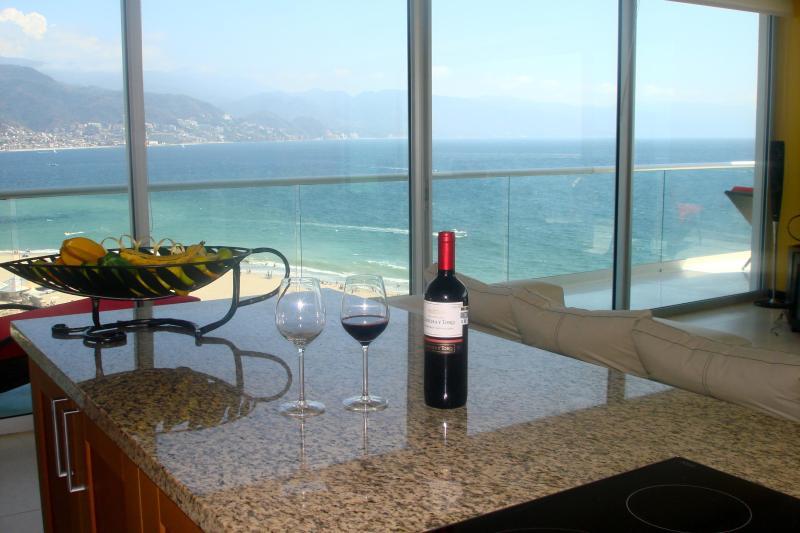 Sirotez un verre de vin devant la vue imprenable de la mer de la cuisine.