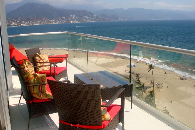 Respirer dans la vue sur l'océan depuis le balcon privé de la copropriété.