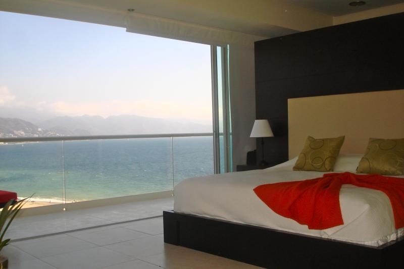 Réveillez-vous chaque matin dans la chambre principale au son des vagues apaisantes.