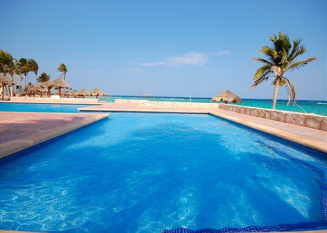 Cute & romantic beachfront studio King Bed, AC, Pool, and Cleaning Service., casa vacanza a Malinalco