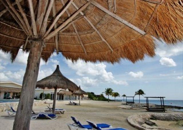 Hermosa playa, acceso al buceo y esnórquel.