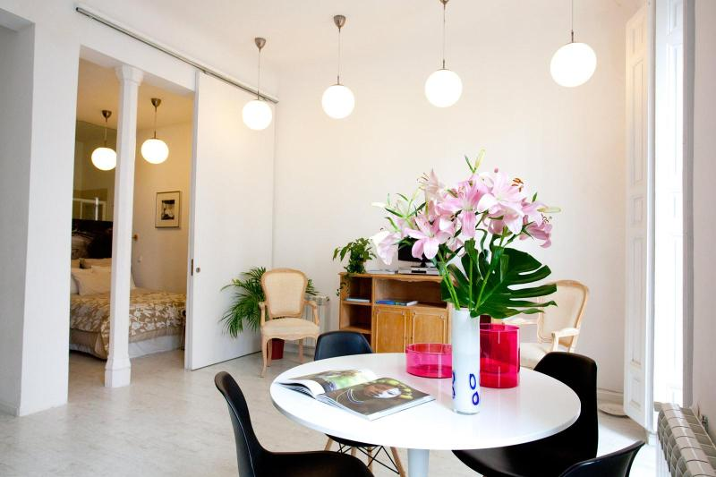IMMACULATE! The WHITE LOFT, 2br central CHUECA, vacation rental in Madrid