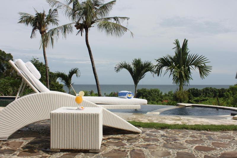 Luxury villa with pool and ocean view, Ferienwohnung in Umeanyar