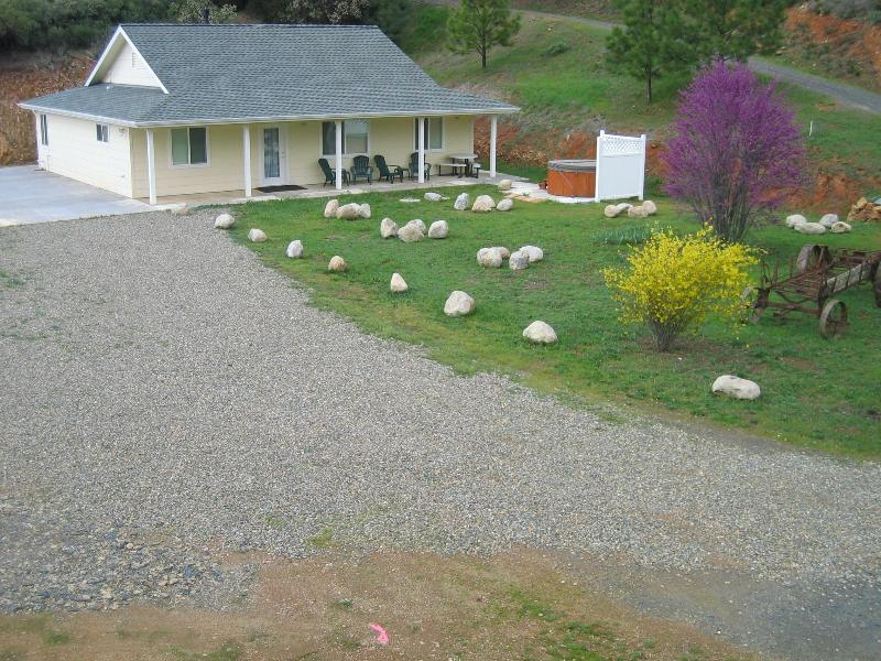 Private and secluded; near Yosemite, easy access; lots of parking; great stargazing & views!
