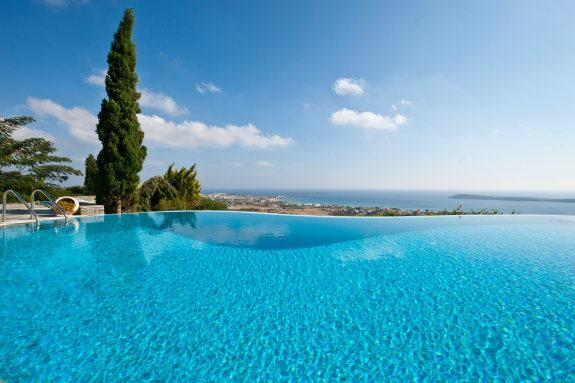 4 bedroom luxury villa with pool near Golden beach, vacation rental in Drios