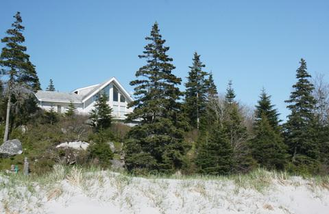Perched on at the top of a rock outcrop, Harbour Breeze Cottage enjoys a panoramic view of the beach and the bay.