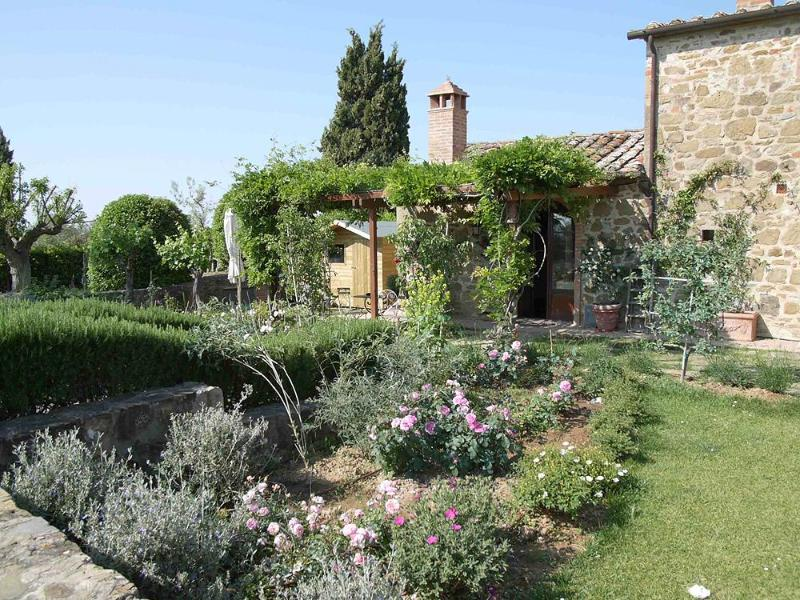 House with private garden in the Chianti region. I Gigli, 2 bedrooms with pool!, location de vacances à San Gusme