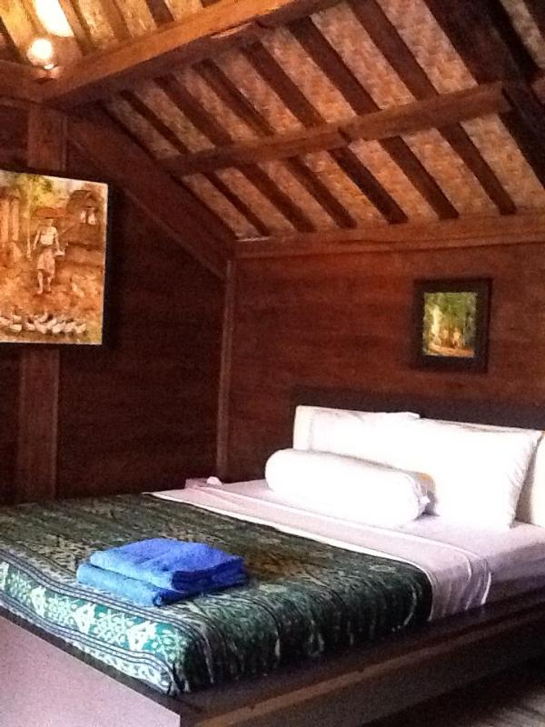 Joglo Over 100 years old hand crafted Jarti Timber hardwood has air con and en suite