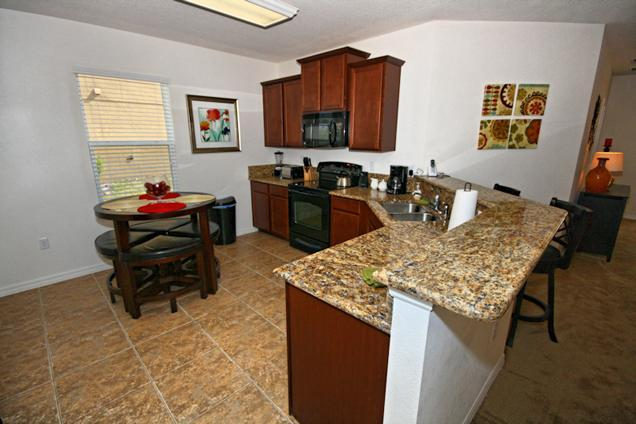 Cocina de casa de 5 dormitorios piscina