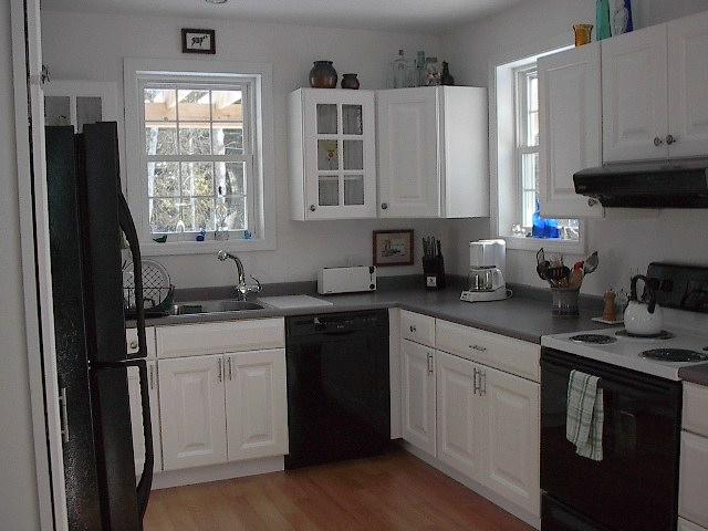 Fuly equipped kitchen that opens onto deck