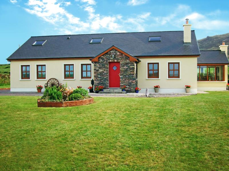 Luxury 6 Bedroom house. Dramatic Ocean and Mountain Views. 2 mins stroll down quiet lane to beach.