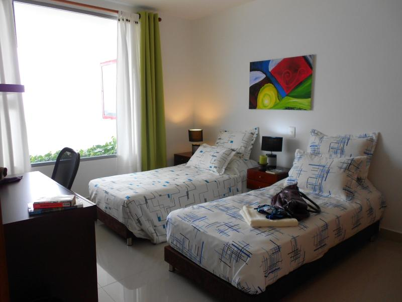 Slaapkamer 2: twin bedden optie (met Bureau)
