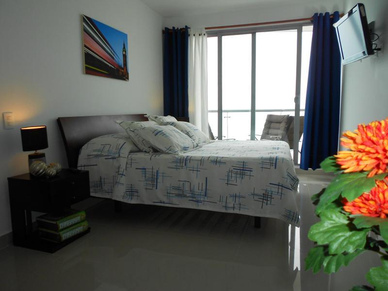 Master slaapkamer (met uitzicht op zee, TV, balkon & badkamer))