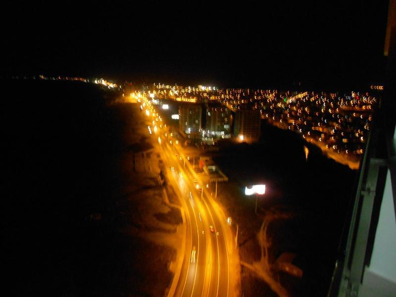 In de nacht uitzicht vanaf het balkon