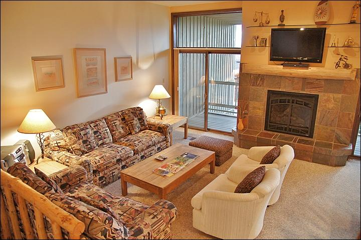 High Ceilings, Very Comfy Queen Pull Out Couch, New Fireplace, & HDTV, DVD, & Stereo.