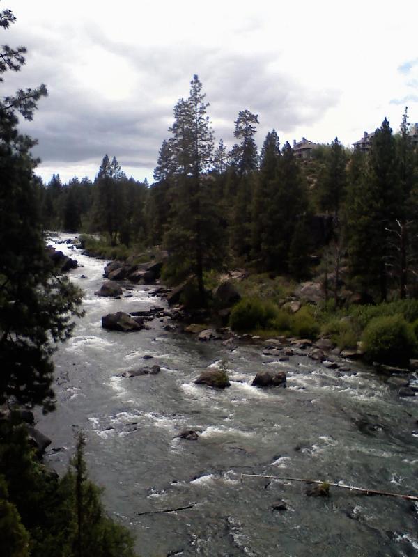 Tagit från den intilliggande floden trail som leder till den gamla kvarnen för mat och kul!