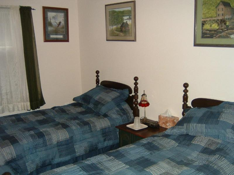 Single bedroom for those golfers or friends.  This room can accomodate a third person.