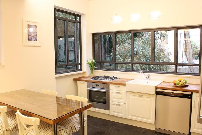 Perfect 2bdr Retreat - Heart of TLV.Near Dizingoff, holiday rental in Tel Aviv