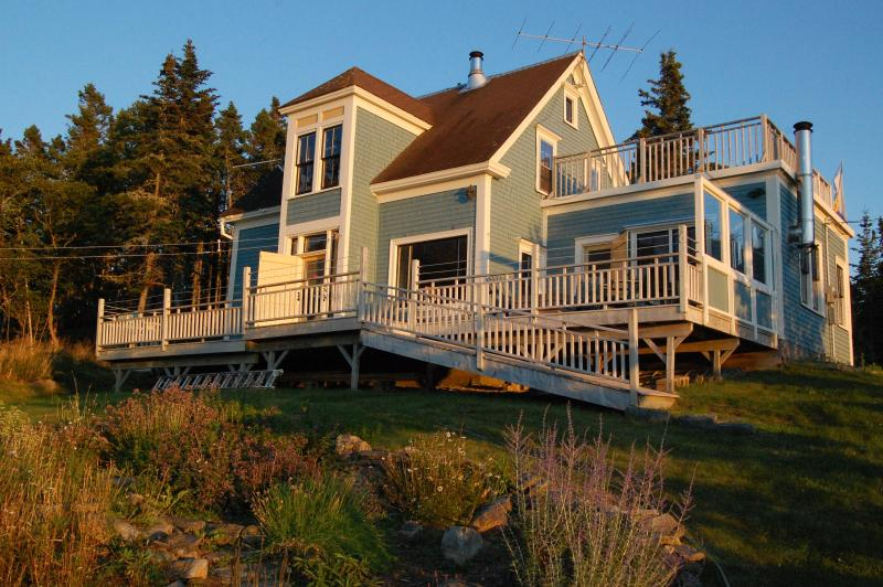 The Fennel Old House is a 4 BR+ home with 5 decks which sleeps 7.
