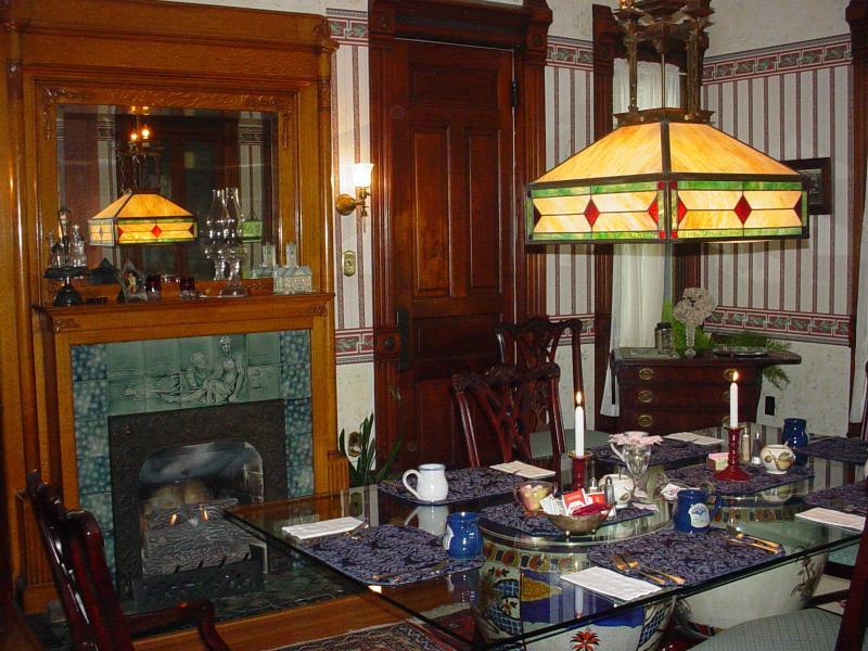 Salle à manger pour le petit déjeuner au coin du feu en saison