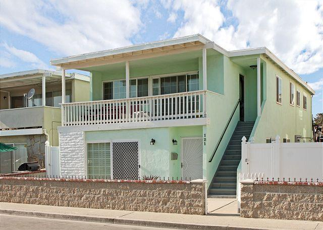 Upper level of a duplex, close to the beach, perfect for a large family.