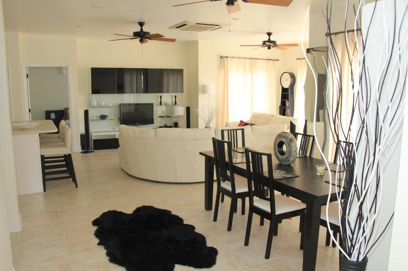 Luxury New 2 Bedroom Condo Open Plan Sleeps 6, holiday rental in Heldens