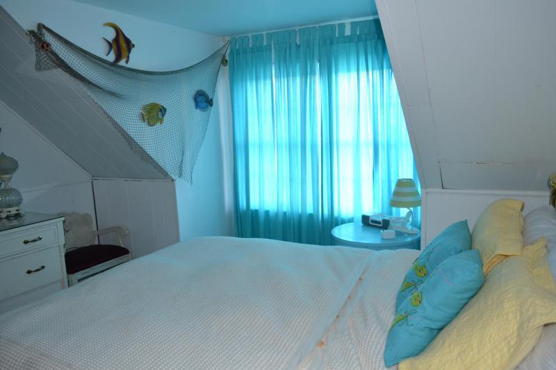 2nd floor Cozy queen bedroom