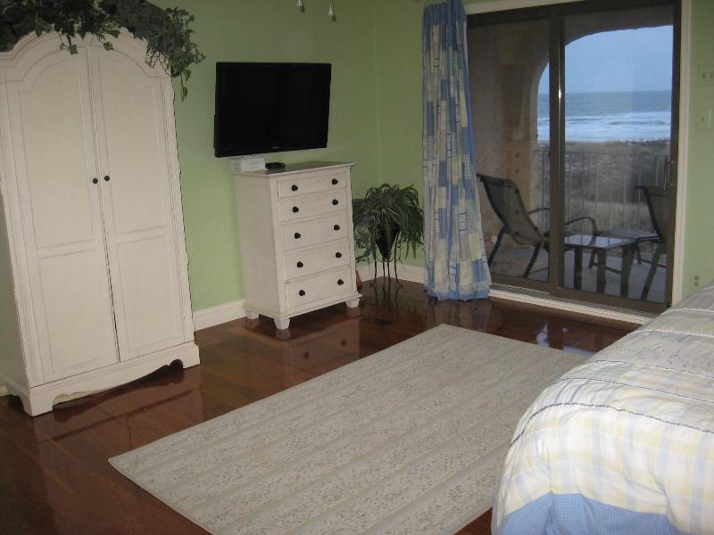 Master Bedroom w/40' wall mounted TV