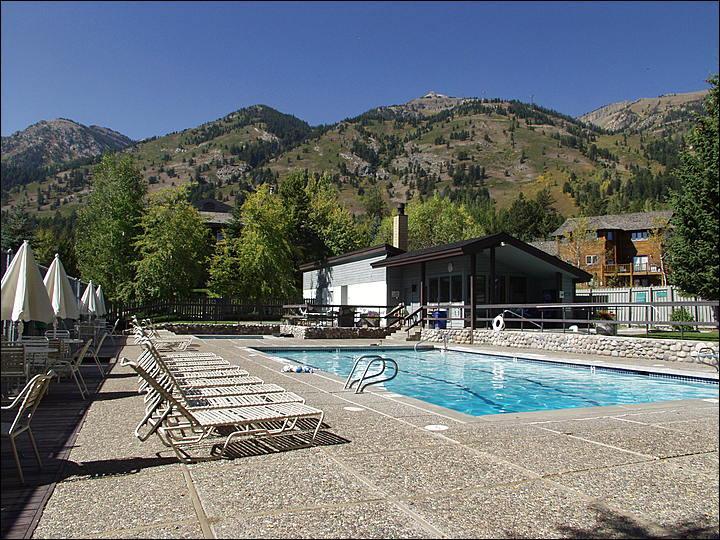 Heated Pool, 3 Large Hot Tubs, Sunbathing, & Picnic Tables