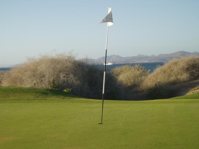 Vista al mar y las montañas desde el campo de golf