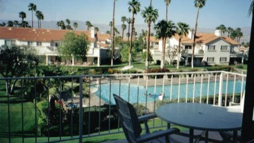 Beautiful condo w/ balcony overlooking large pool, vacation rental in Palm Desert