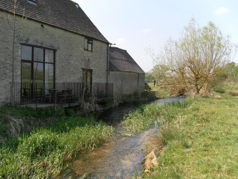 Thames Cottage Sleeps 7, holiday rental in Cirencester