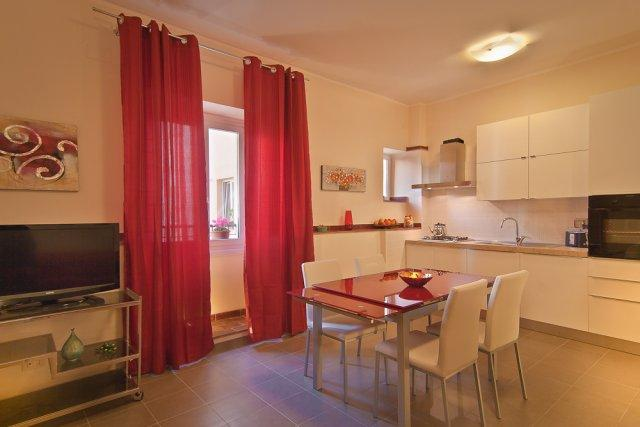 Close to the Colosseum Spacious 3 bd apartment, holiday rental in Rome