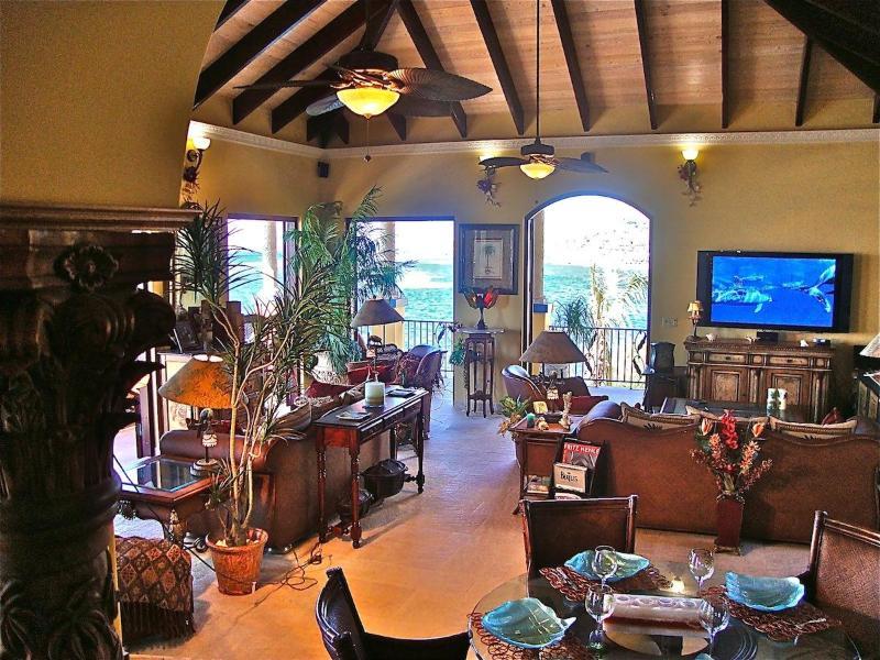Großes Wohnzimmer mit bequemen Sitzgelegenheiten, Klavier und Spiel-Tabelle.  Kino TV 80' & Soundsystem
