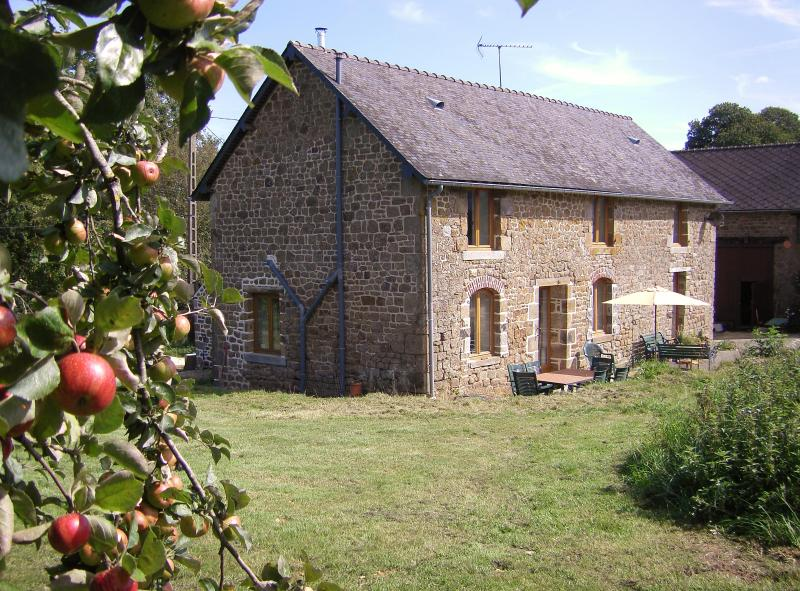 La Cloue Bed and Breakfast Mayenne, vacation rental in Saint-Aignan-de-Couptrain
