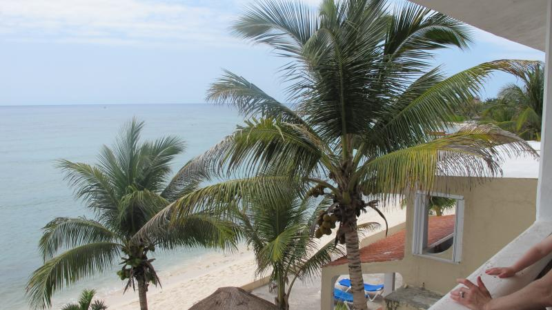 Beautiful Oceanfront Condo in Half Moon Bay! Steps from the water!, vacation rental in Akumal