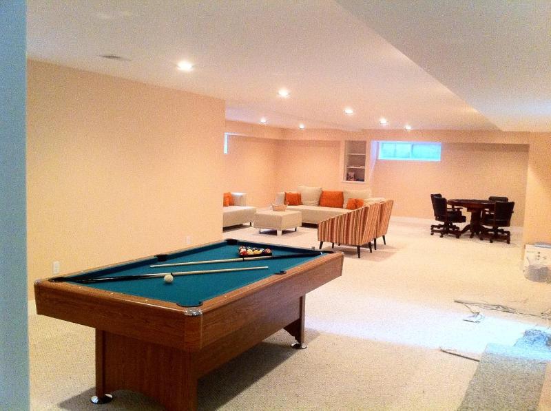 Piscina y mesa de Ping pong - mesa de póker en fondo