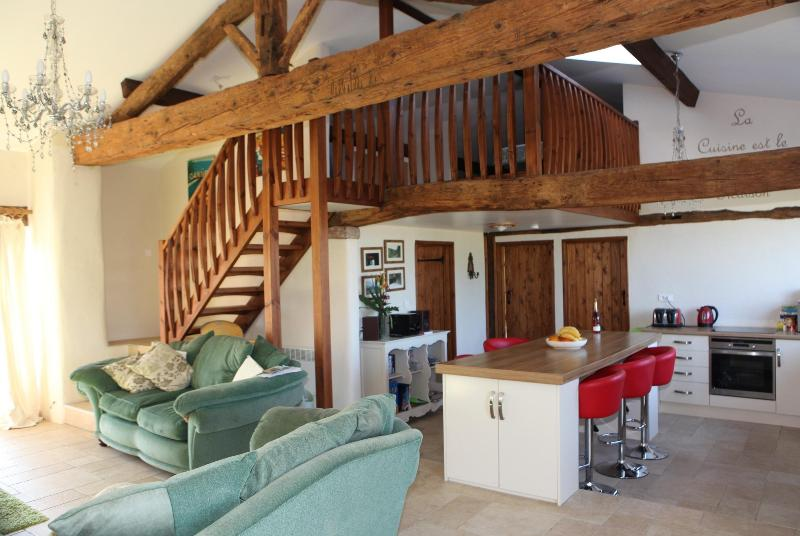 Luxury 17th century barn 8 mins to the  beaches, holiday rental in Le Champ-Saint-Pere